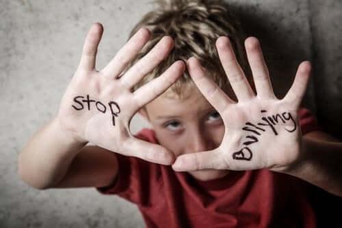 Bambino con scritta stop bullismo sulle mani