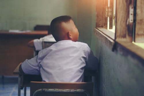 alunno in classe che guarda dalla finestra