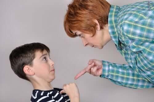 Madre sgrida il figlio per punirlo