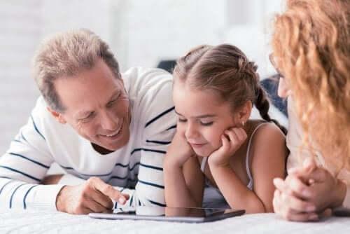 Genitori che cercano di concordare sull'educazione della figlia