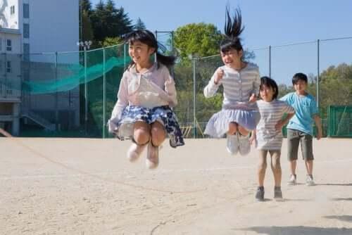 per i bambini, il gioco è una necessità fondamentale che non può essere assolutamente proibita