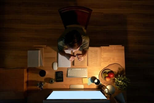 bambino che studia utilizzando il computer