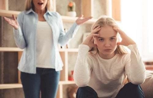 Adolescente arrabbiata con la madre