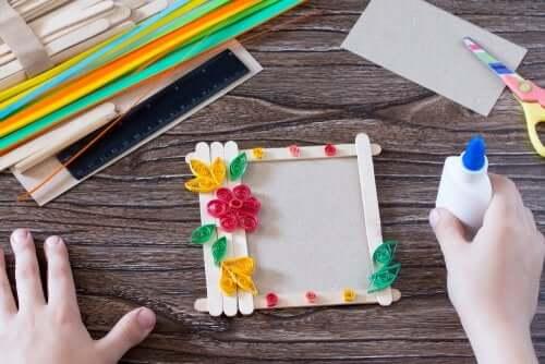 realizzare cornici per foto è una tra le migliori attività manuali per i bambini