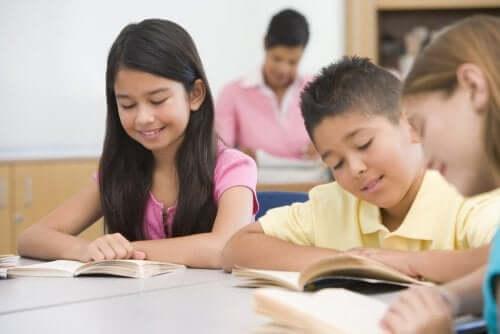Attività per stimolare la lettura in aula. Bambini che leggono a scuola.