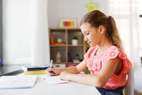 Bambina che fa i compiti per casa