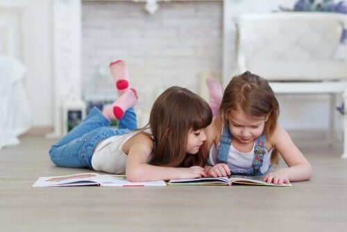 Bambine che leggono