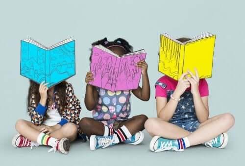 Bambine che leggono seduta