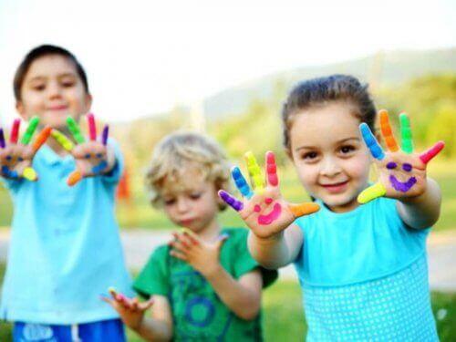 bambini con le mani e le dita colorate