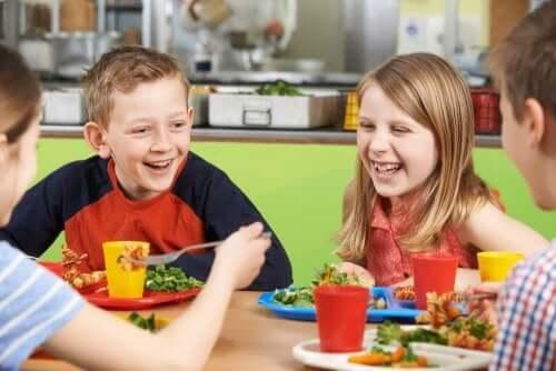 Bambini che pranzano insieme a scuola