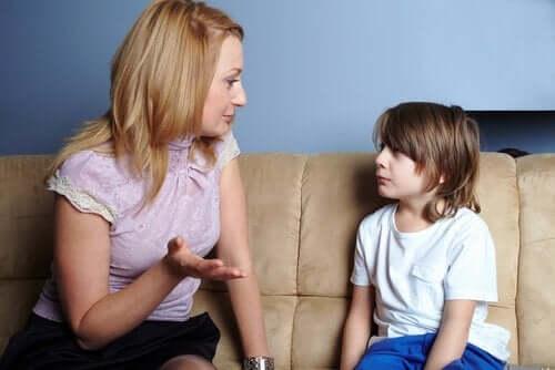 madre e figlio che parlano sul divano