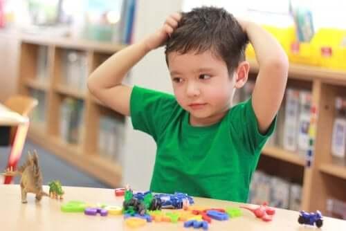 Bambino con giochi all'asilo