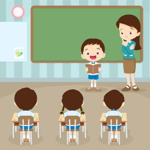 Bambino che legge davanti ai compagni e alla maestra.