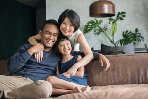 Famiglia con genitori e figlia unica