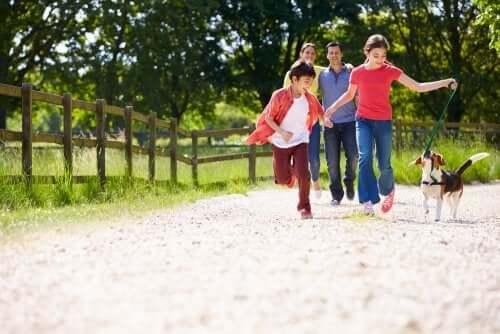 Famiglia felice che passeggia con il cane
