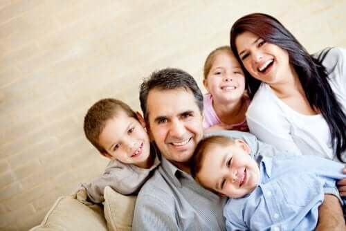 Famiglia felice con genitori e tre figli