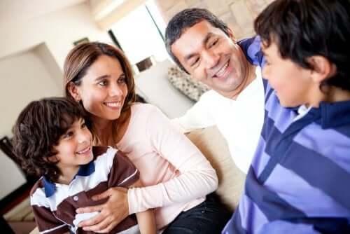 Genitori che parlano con i figli