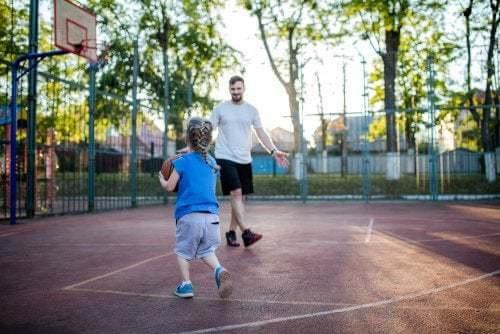 Padre e figlia giocano a basket