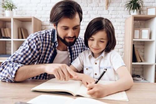 Papà che aiuta la figlia a fare i compiti per casa