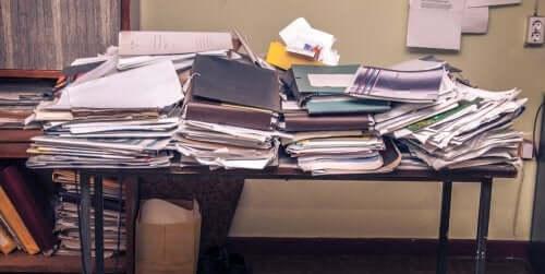 Scrivania disordinata piena di cartacce