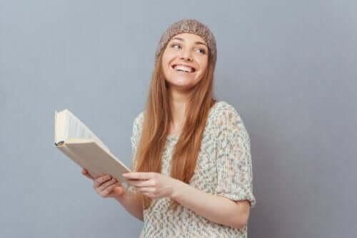 ragazza adolescente contenta di leggere un libro