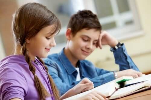 ragazzo e ragazza adolescenti che leggono un libro