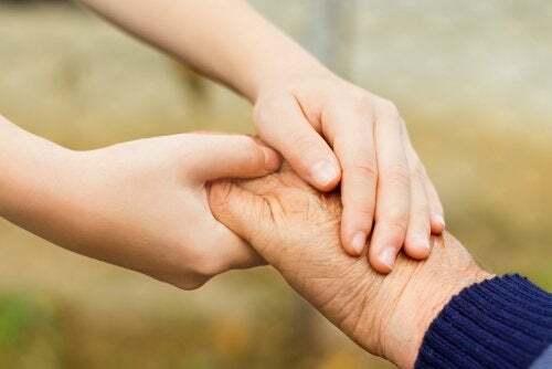 Adulti che rispettano i bambini. Bambino stringe la mano della nonna.