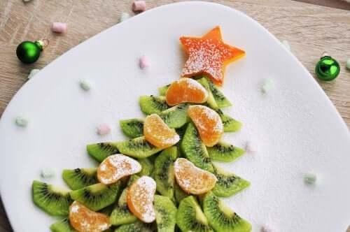 Anche la frutta può essere impiegata per comporre ottime ricette natalizie per bambini.