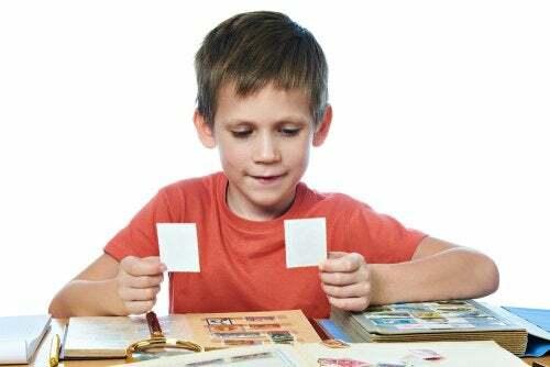 Bambino raccoglie un album di figurine.