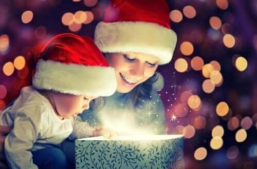 3 regali di Natale per bebè che faranno felici il piccolo e i genitori