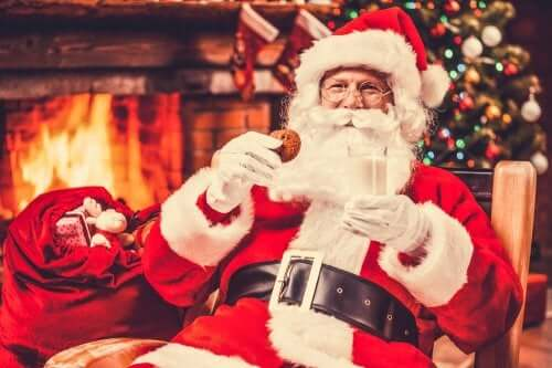 Babbo Natale che mangia un biscotto.