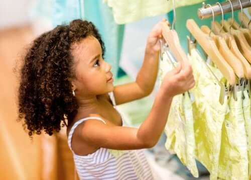 per evitare il consumismo compulsivo nei bambini è necessario insegnare loro la differenza tra necessità e capriccio