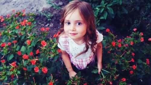 Bambina che raccoglie fiori.