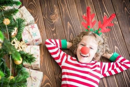 Bambina a Natale con corna da renna. Attività natalizie per bambini.
