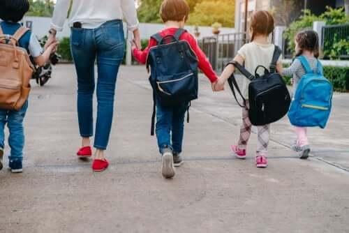 mamma che accompagna i bambini a scuola