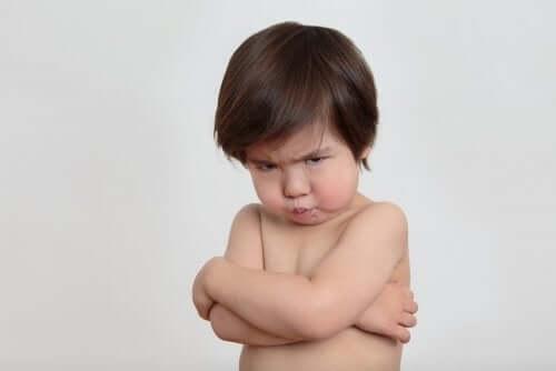 Bambino con le braccia conserte