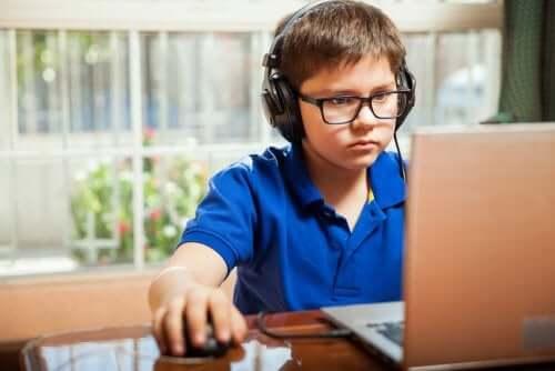bambino che usa il computer per accedere ad internet e studiare