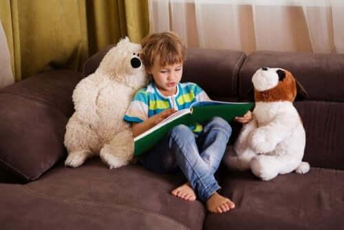 bambino sul divano che legge un libro per bambini