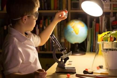 la teoria dell'esperienza dell'apprendimento bambino che studia col microscopio.
