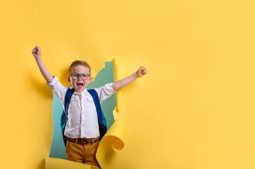 Bambino felice perché ha avuto successo.