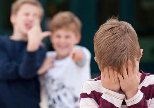 Come comportarvi quando vostro figlio vi dice che lo prendono in giro