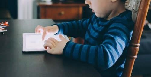 bambino che usa un tablet per studiare