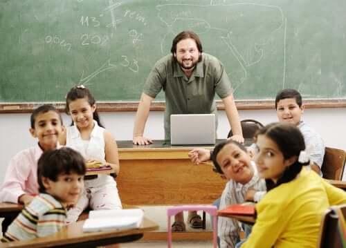 Professore e alunni felici in classe.