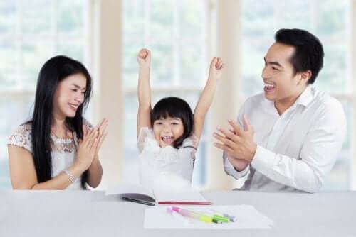 Famiglia esulta per i successi della figlia.