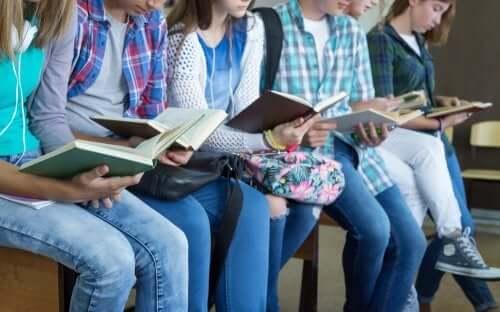Frasi motivazionali per adolescenti sullo studio. Ragazzi che leggono.