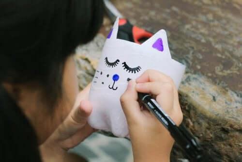 creare gatti con bottiglie di plastica è un'attività istruttiva e divertente