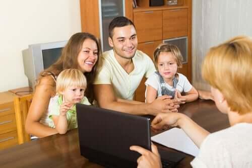 Madre padre e figli che parlano con assistente didattico