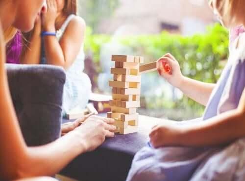 Jenga: uno dei migliori giochi da tavolo per migliorare l'attenzione