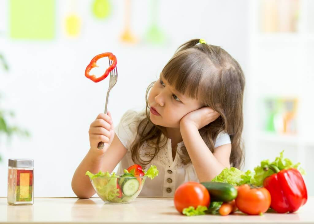 è opportuno permettere a un bambino che non vuole mangiare di giocare con il cibo