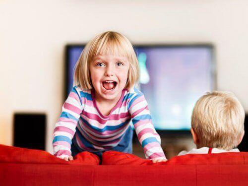 esistono diverse strategie comunicative che possiamo adottare con un bambino che presenta difficoltà di attenzione